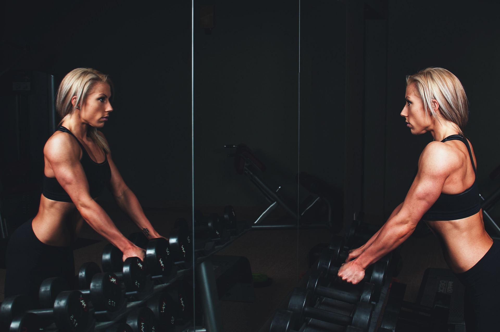 周りの目を気にせずにトレーニングをする女性