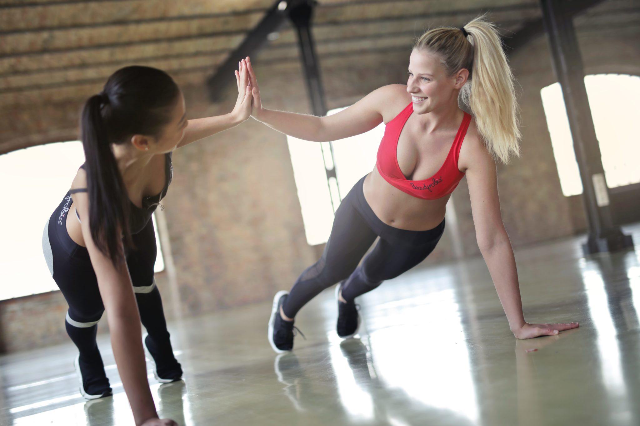 パーソナルジムでトレーニングをする女性の写真