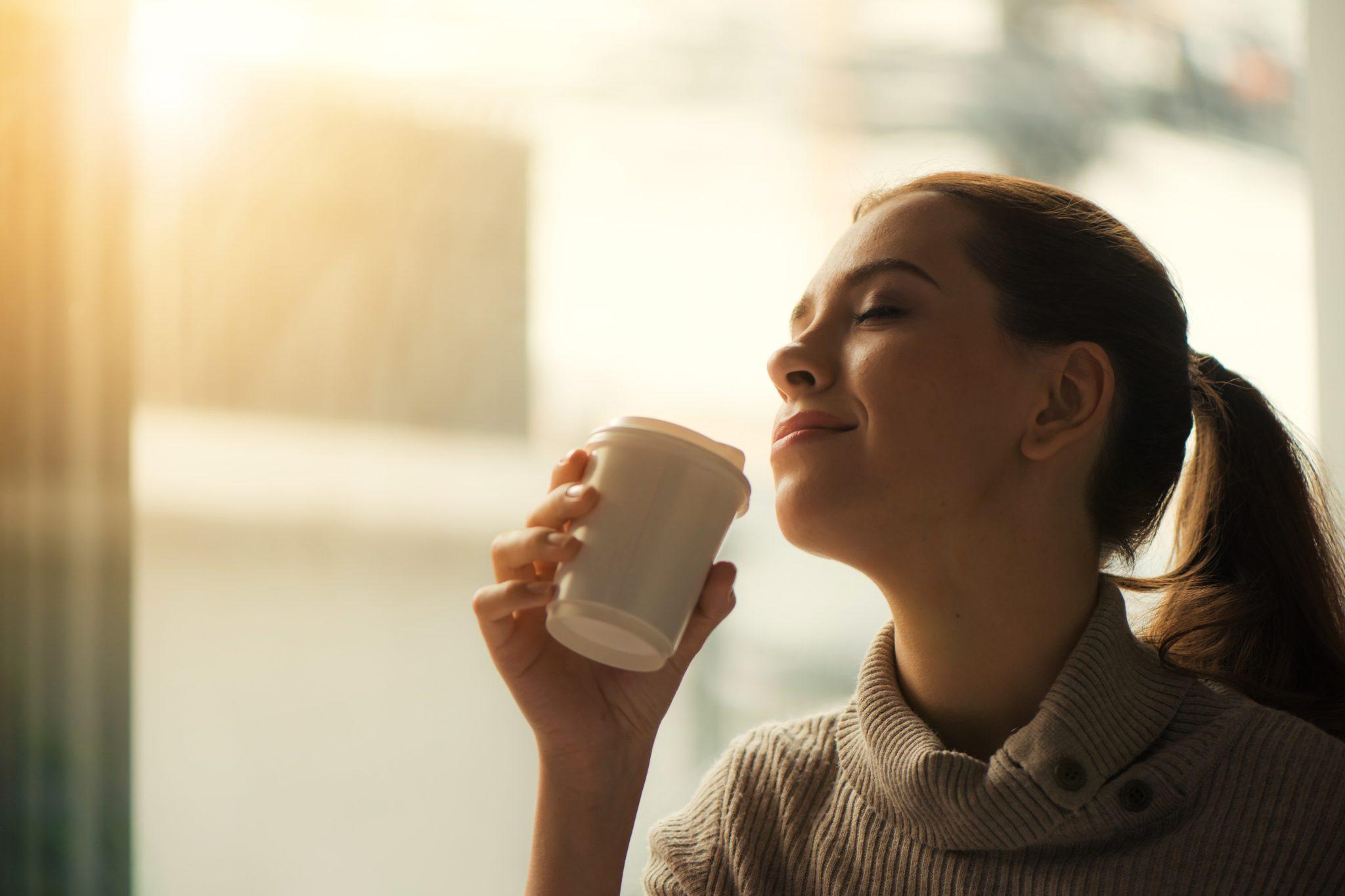 プロテインを飲んでいる女性の写真